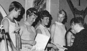Ehrung für die Deutschen Meister 1967 im Stilrudern durch Dr. Claus Heß, die Mannschaft des Tübinger RV Fidelia (Hannelore Heim, Margarete Heim, ... - f.stil67