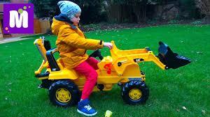 Трактор, экскаватор и погрузчик / Убираем листья во дворе ...