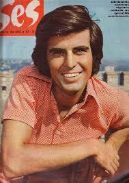 Onu Ünlü Yapan Ne? 1970 yılında Ses Dergisinin düzenlediği artist yarışmasında birinci oldu. Birliktelikleri: Eşi: Yasemin Erkut, 1980'de evlendiler, ... - tar%25C4%25B1k%2Bakan