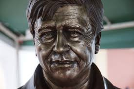 photo essay cesar chavez statue unveiled the milwaukee independent in front of el rey supermarket along cesar e chavez drive city leaders and members of the community crowded in the rain to take part in the event
