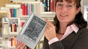 Anne-<b>Kathrin Schrader</b>, Leiterin der Stadtbücherei mit einem E-Book-Lesegerät <b>...</b> - 300-0900-2898-
