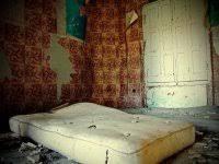 Resultado de imagen de casa vieja colchon sucio