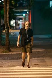 Aos 73 anos, Alceu Valença faz caminhada num Leblon deserto
