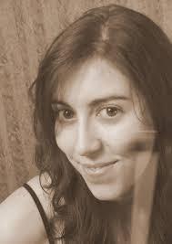 María Ramírez nació en Sevilla, donde comenzó sus estudios musicales como violinista en el C.P.M. Francisco Guerrero y como violista en el C.S.M. Manuel ... - Maria_Ramirez