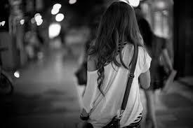 Resultado de imagen para mujer caminando sola de espaldas