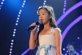 Image result for hình ảnh một cô bé hát trên sân khấu