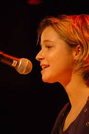 Lara Stoll. Geboren 1987, lebt als freie Slammerin, Texterin und Kabarettistin in Winterthur. 2010 gewann sie die ersten Schweizer ... - 100023_B5TX_l