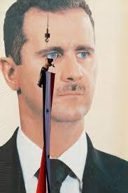 Manifestante a favor do polêmico governo de Bashar al-Assad estende bandeira da Síria enquanto Manifestante a favor do polêmico governo de Bashar - 000_nic6034823