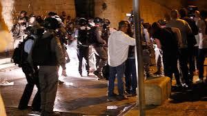 İsrail polisi yine Aksa kapısındaki cemaate saldırdı