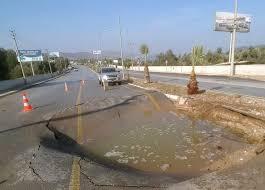 Bodrum'da su borusu patladı yol çöktü