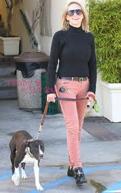 H Σάρον με το σκύλο της...