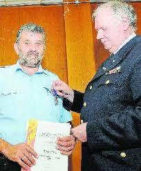 Eduard Tritz (links) erhielt aus den Händen von Georg Flesch die hohe Auszeichnung. Foto: Norbert Wagner - 2011184_1_mg-Feuerwehr_Mettlach_4.jp_9930