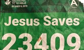 """Американец надел на забег <b>футболку</b> с надписью """"Иисус спасает""""."""