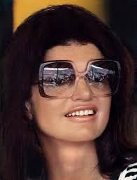 ... icona intramontabile di stile ed eleganza, appare radiosa sulla copertina della rivista Paris Match, del 30 gennaio 1978. Indossava occhiali Nina Ricci. - BIGjackie_kennedy_con_occhiali_nina_ricci.jpg