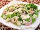 Салат из листьев салата сухариков креветок