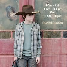 Carl aspetta Michonne davanti al bar pieno di zombie