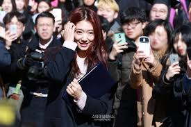 park shin hye graduates college alongside girls generation park shin hye graduates college alongside girls generation members yuri and sooyoung