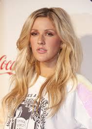 Ellie Goulding  2020 Biondo naturale capelli & da spiaggia stile dei capelli.