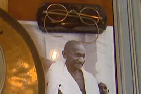 Video: Drama at Gandhi auction | News | Al Jazeera