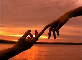 Resultado de imagen de dos manos juntas una dejando ir a la otra