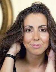 ... cócteles y tuviéramos que preparara uno que fuera una mezcla de talento, encanto, carisma y riesgo, podríamos bautizarlo con el nombre de Carmen Ruiz. - cruiz