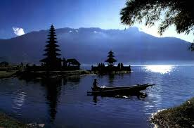 The  easternmost Lake inwards betwixt ii other Lake  BaliBeach; Beratan Lake together with Ulun Danu Temple inwards Bedugul