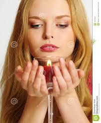 Beau jeune femme avec le regard de bougie vers <b>le bas</b> - beau-jeune-femme-avec-le-regard-de-bougie-vers-le-bas-13121554