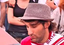 Davide Martello (31) aus Konstanz spielt auf dem Taksim-Platz. AP/Reuters/Keystone - Bildschirmfoto-2013-06-14-um-18