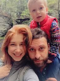 фото счастливой семьи с детьми и бабушкой
