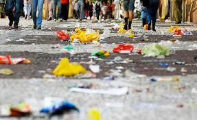 Resultado de imagem para pessoa jogando lixo na rua