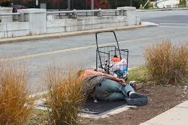 Resultado de imagem para mendigos deitados na rua