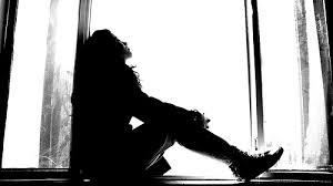 Resultado de imagem para meninas tristes tumblr preto e branco