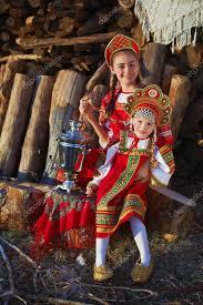 Красивая девушка в русский народный <b>костюм</b> сидит возле ...