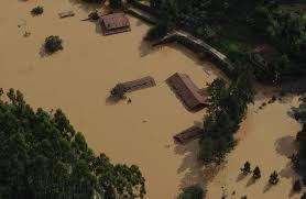 Resultado de imagem para fotos de enchentes e deslizamento de terras