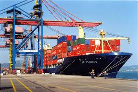O transporte de porto a porto com a utilização de navios.