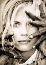"""Foto Helmut Newton """"In fotografia ci sono due parole volgari: la prima è arte, la seconda è buon gusto. La bellezza è intelligenza. - foto_helmut_newton"""