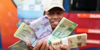 Hasil gambar untuk uang banyak di meja