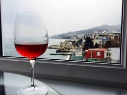 <b>Бокал</b> местного <b>вина</b> на <b>ужин</b> и красивый пейзаж ...